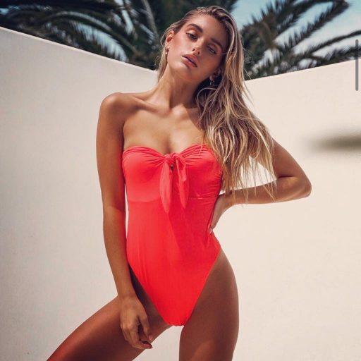 ״לצד בגדי הים גם מגוון רחב של בגדי חוף״ Nikka
