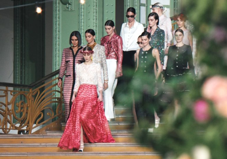 התהלוכה הקטנה של שאנל במורד מדרגות ה׳גרנד פאלה׳